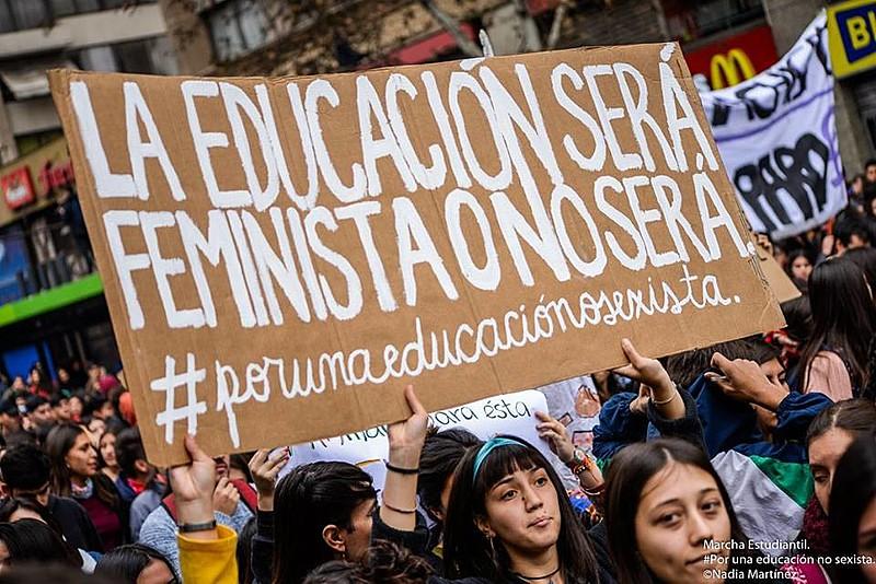 """Manifestação estudantil por uma educação não-sexista em Santiago, capital do Chile; no cartaz se lê: """"A educação será feminista ou não será"""""""