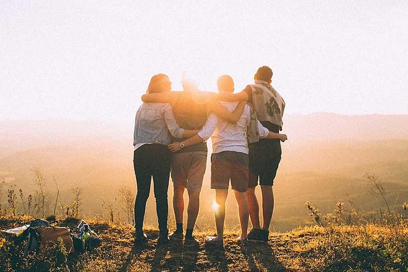 Te aprochega é um termo gaúcho que significa chegar/estar junto, aproximar-se, abraçar-se, 'ninguém soltar a mão de ninguém'