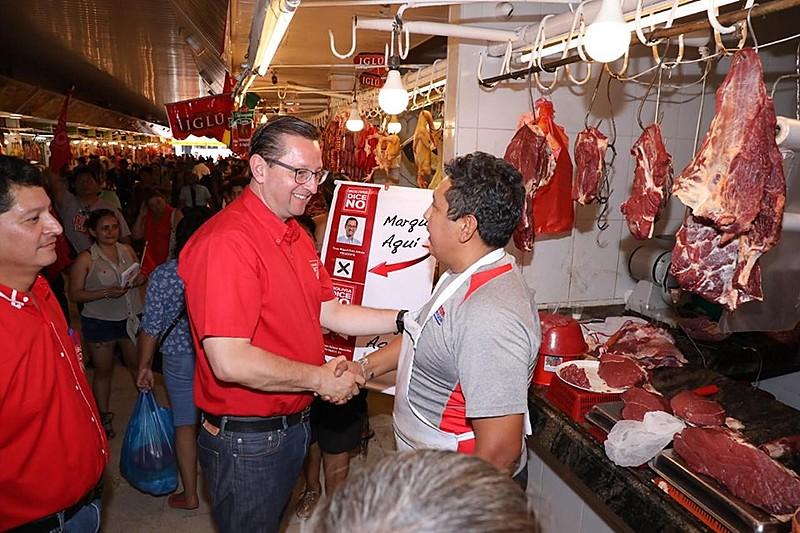 Terceiro colocado nas pesquisas nacionais, Órtiz [de vermelho, ao centro] tem apoio de produtores de gado e soja de Santa Cruz