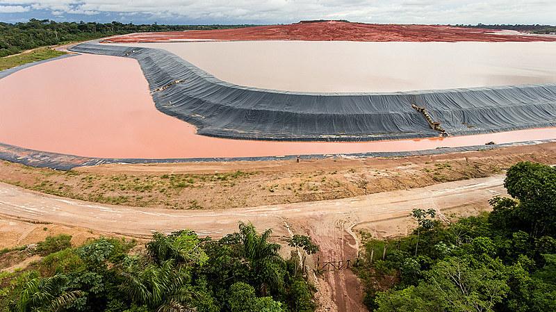 Barragem de rejeitos de bauxita da mineradora Hydro Alunorte, localizada em Barcarena, no nordeste do Pará.
