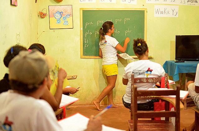 Educadora contribuye en la alfabetización en el poblado de Três Lagoas, en el municipio de São Raimundo, interior del estado norteño
