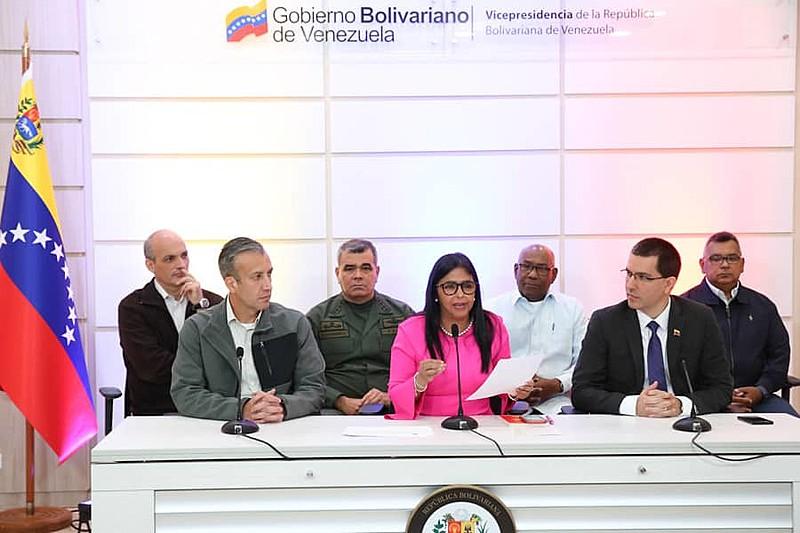 Vice-presidenta da Venezuela e ministros em coletiva de imprensa.