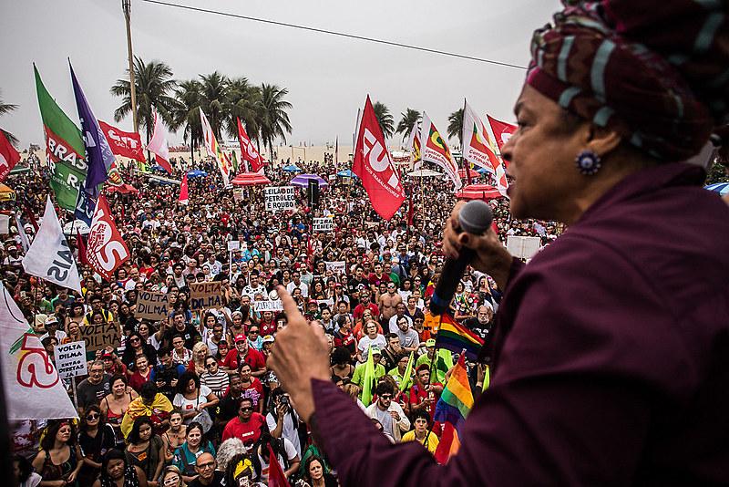 Elisa Lucinda participou de ato por eleições diretas em Copacabana, no Rio