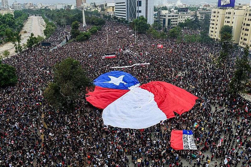 Protesto realizado no início de novembro em Santiago contra o governo de Sebastián Piñera; mobilização no Chile já dura quase dois meses