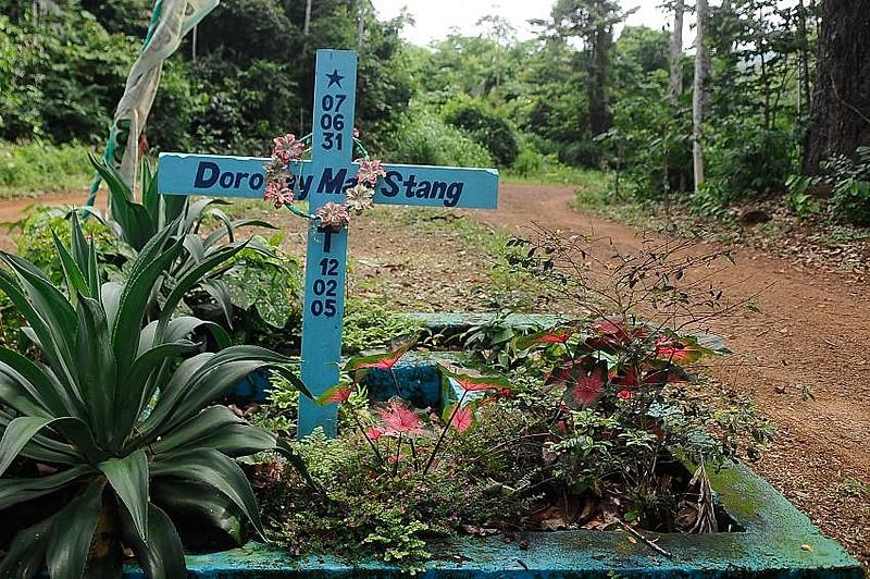 Cruz marca o local onde Dorothy Stang foi assassinada em 2005: a luta pela terra não dá trégua
