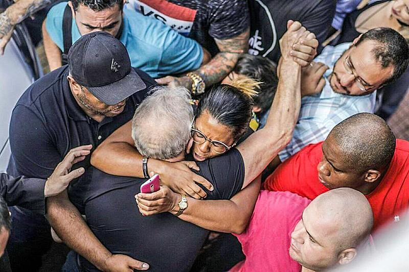 Lula é recebido nos braços povo na Praça da República, em São Paulo