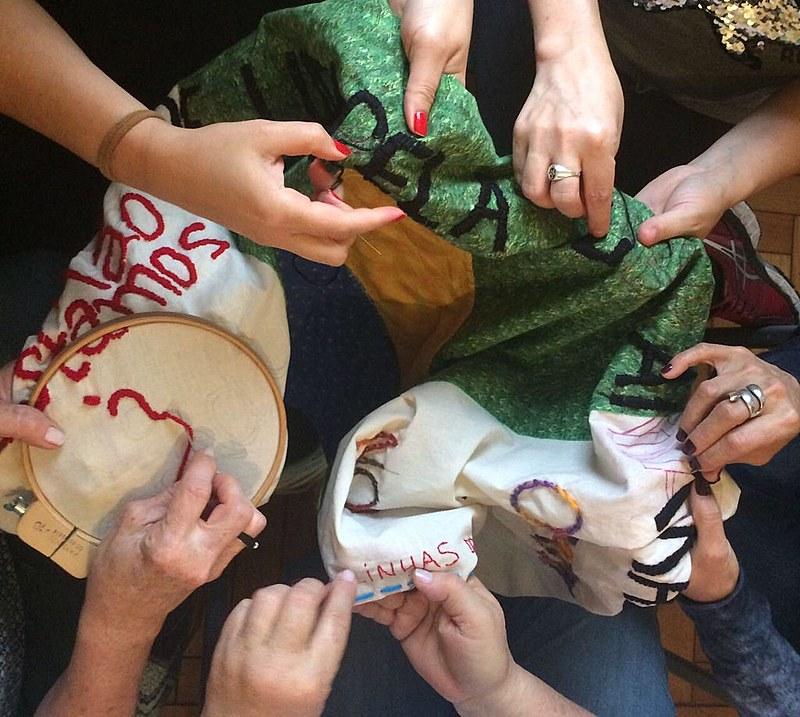 Artesãs do Coletivo Linhas do Horizonte fazem mosaico de bordados