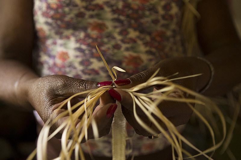 Mulheres quilombolas em Minas Gerais produzem artesanatos a partir da palha da palmeira do Indaiá