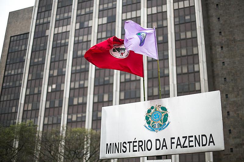 Integrantes do MST ocupando a sede do Ministério da Fazenda e do Incra, em Porto Alegre, em setembro deste ano