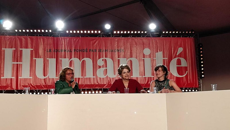 A ex-presidenta Dilma Rousseff durante debate em evento promovido por jornal francês