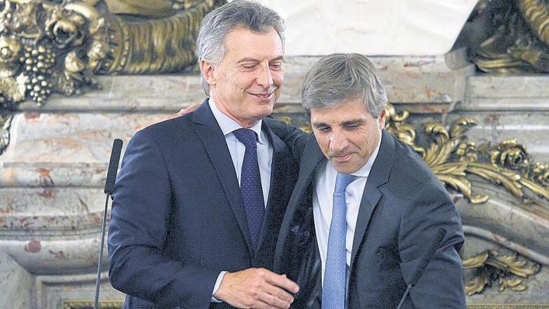 O presidente argentino Maurício Macri e Luis Caputo, ex-secretário e ex-ministro de Finanças de seu governo, agora ex-presidente do BC