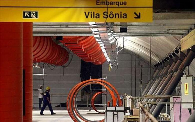Placa indica caminha para Estação Vila Sônia, uma das 11 que deveriam ter sido entregues em 2010, mas que ainda nem foi construída