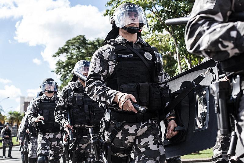"""""""A militarização da polícia é um problema real, tem efeitos reais a partir de estruturas simbólicas e um dos efeitos é a letalidade de pessoas"""", aponta a advogada Priscilla Placha Sá, professora da UFPR"""