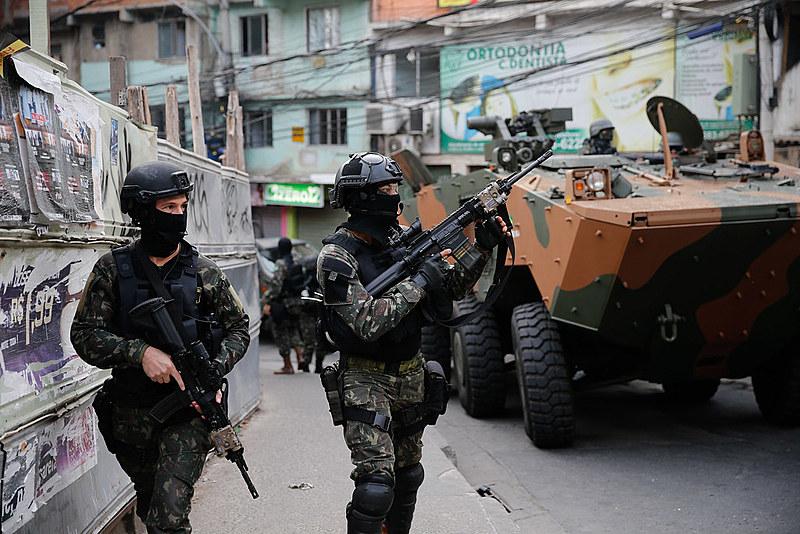 Militares realizam operação na favela da Rocinha, após guerra entre quadrilhas rivais de traficantes pelo controle da área