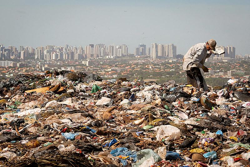 Lixão da Estrutural, o maior da América Latina, nos arredores de Brasília (DF)