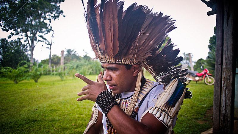 Cacique Babau está no PPDDH e relata dificuldades com o programa; na foto, a liderança no documentário Retomada de Leon Sampaio