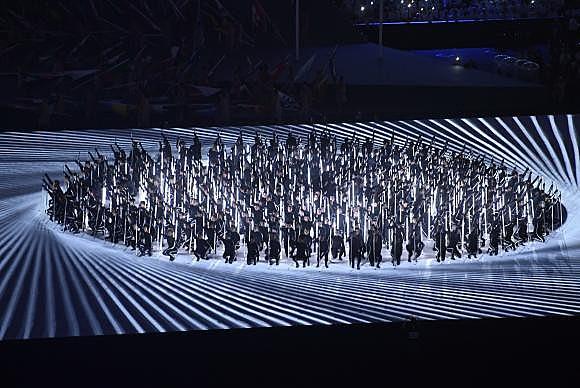 A organização da cerimônia de abertura usou muitos recursos de projeção de luz para simular cenários e interagir com os figurantes