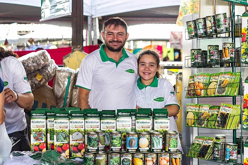 O coordenador da Bionatur posa para foto, ao lado da filha, na 2ª Feira Nacional da Reforma Agrária
