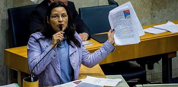 Juliana no plenário da Câmara. Jovens vereadores segundo ela apresentam projetos de privatização do serviço público