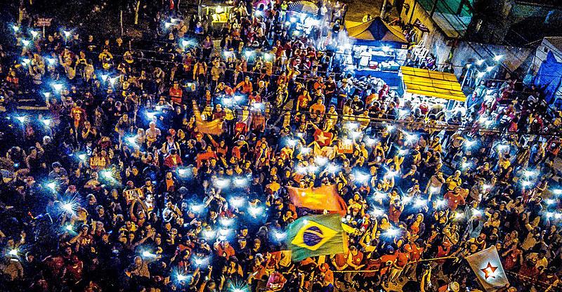 Vigília Lula Livre reunida em frente à Polícia Federal em Curitiba pela libertação do presidente Lula, neste domingo (8), em Curitiba