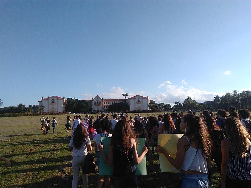Mulheres marcham no campus da Universidade Rural em manifestação contra violência