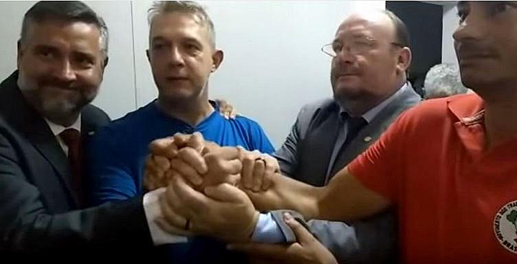 Geógrafo José Valdir Misnerovicz (de azul) entre apoiadores