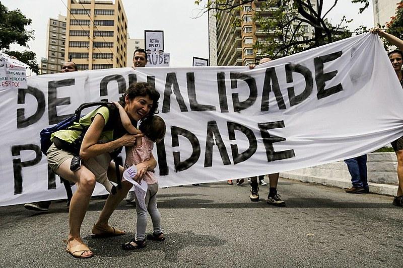 Mãe e filho em ato da greve dos servidores públicos municipais nesta terça (20)
