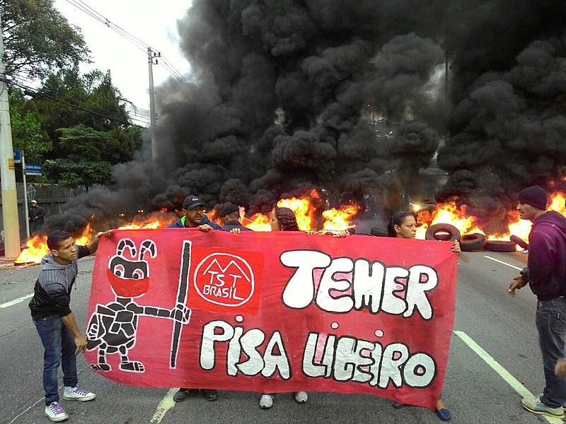 Protesto na Marginal Tietê, uma das ao menos dez vias com protesto na capital paulista