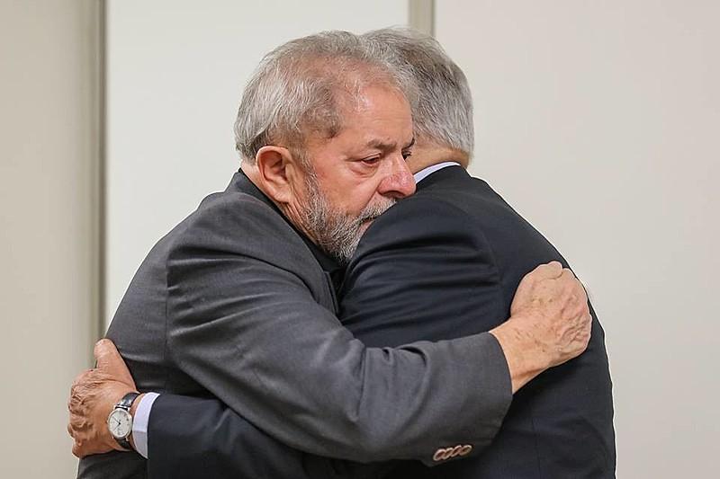 Lula recebeu a visita de FHC no hospital em que sua companheira, Marisa Letícia, permaneceu internada antes de falecer