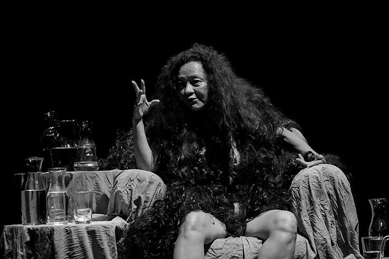 Nena Inoue, que idealizou o espetáculo, dá vida a uma contadora de histórias
