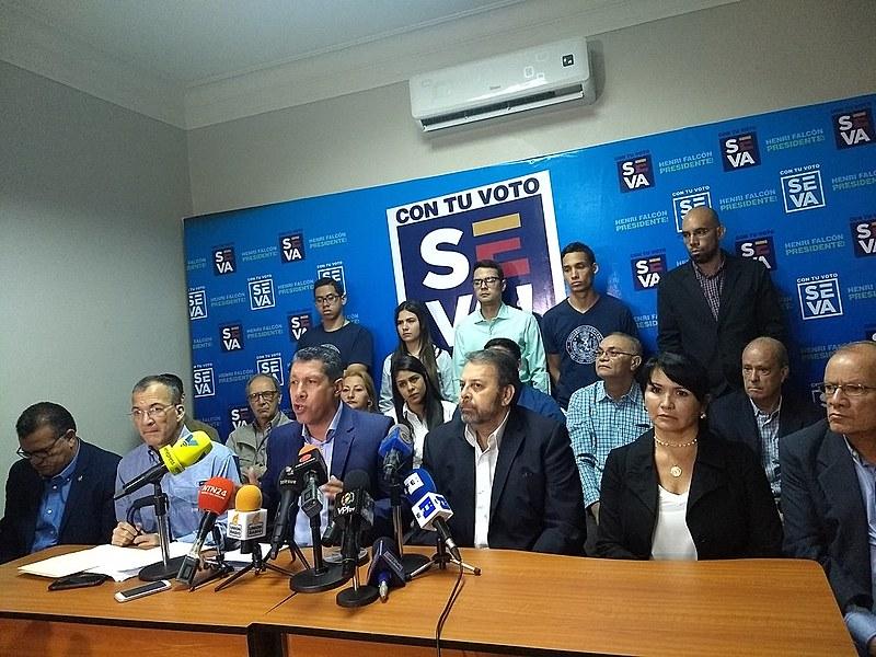Candidato Henri Falcón recebe apoio de parlamentares da oposição durante entrevista coletiva