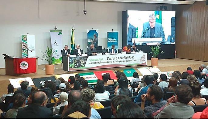 Debatedores traçaram um cenário de retrocessos na questão fundiária e na liberação de agrotóxicos