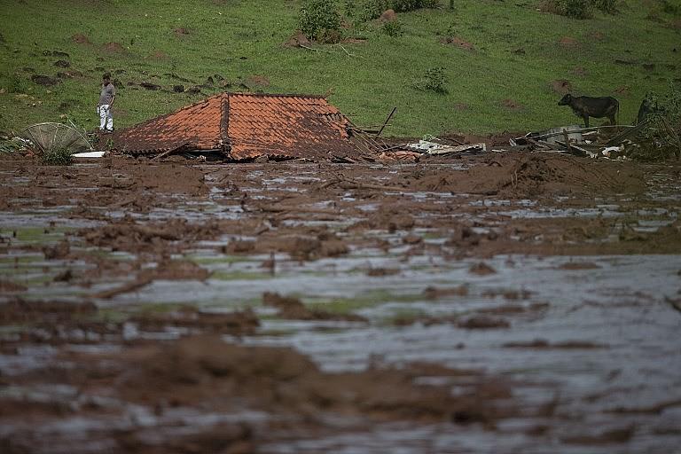 Telhado de uma casa destruída pela lama em Brumadinho (MG)