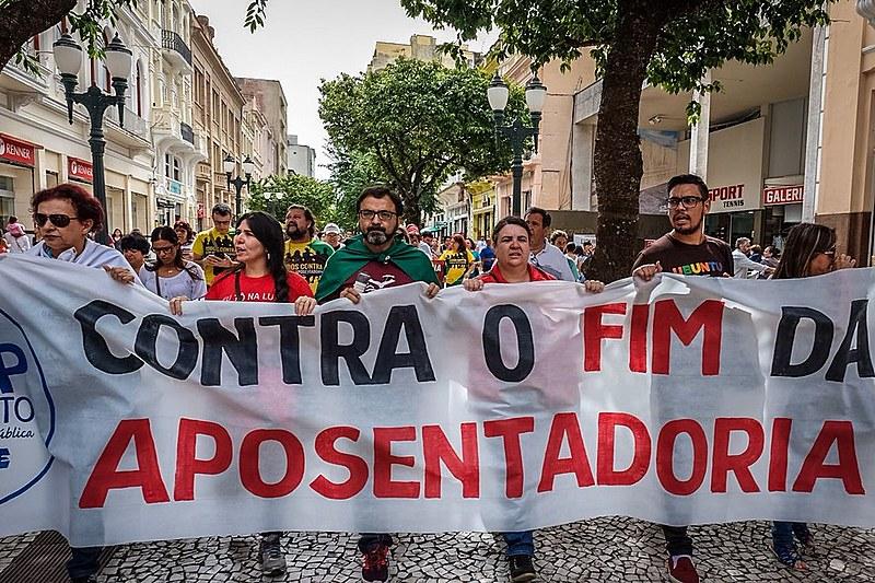 Calçadão da Rua XV de Novembro, em Curitiba, foi palco de mobilizações nesta segunda-feira (19)