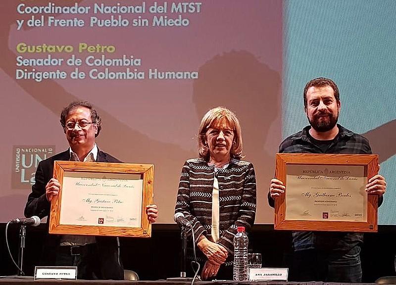 Gustavo Petro (esquerda), a reitora da Universidade de Lanús, Ana Jaramillo, e Guilherme Boulos posam durante a solenidade