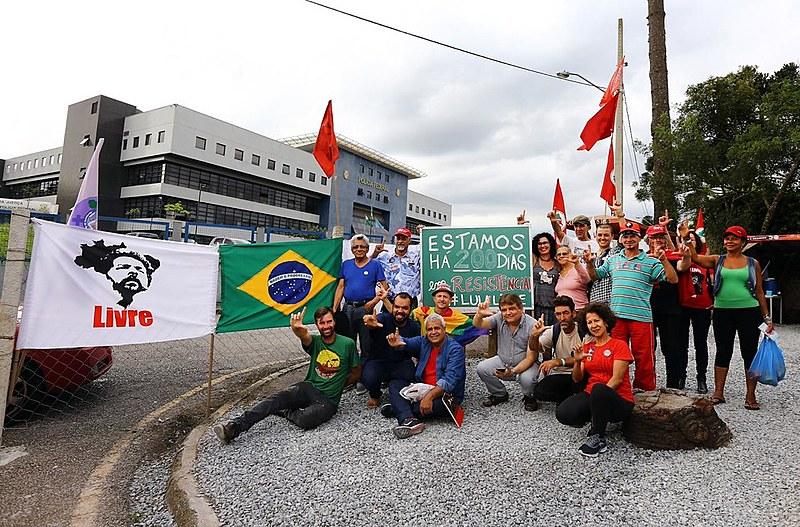 200 dias de resistência da Vigília Lula Livre, em frente à Polícia Federal em Curitiba.