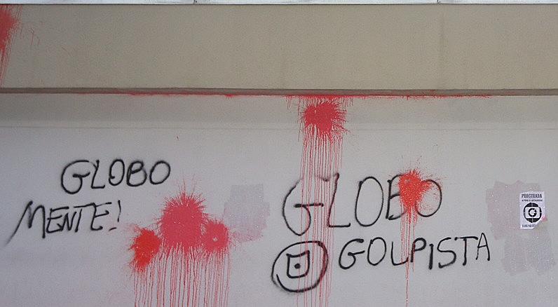 """Ato de contra os 50 anos da rede Globo na sede em São Paulo, marcada como """"50 anos de manipulação"""" - 26/04/2015"""