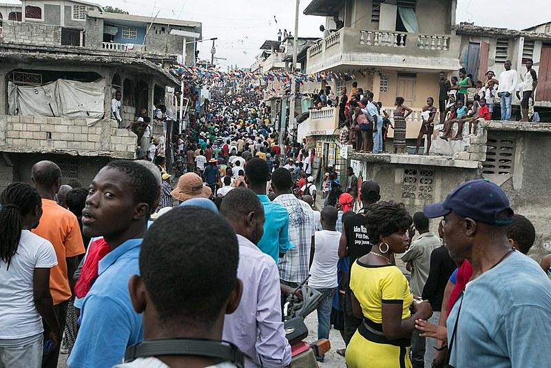 População foi às ruas para participar das eleições, inicialmente marcadas neste domingo (24)