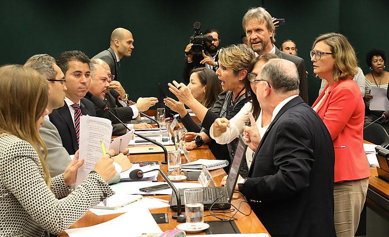 Discussão entre deputados durante sessão do PL Escola sem Partido na Câmara