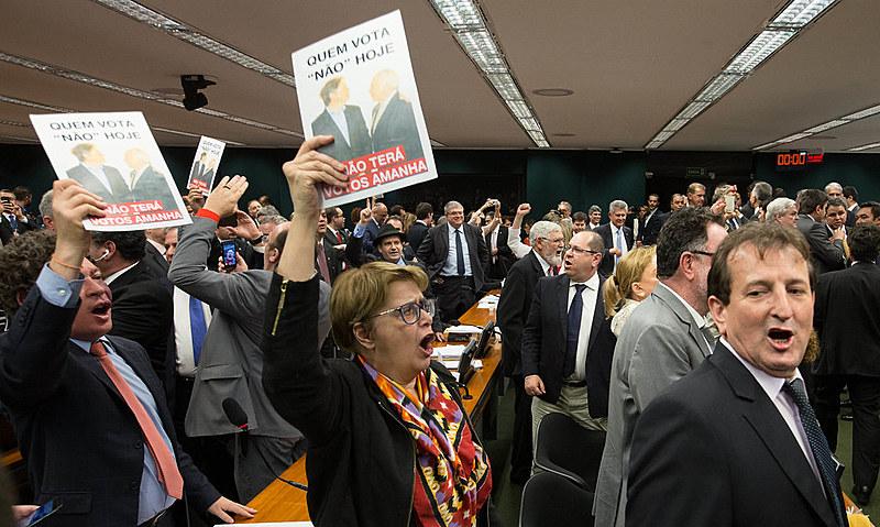 Deputados rejeitam o relatorio contra o presidente Temer logo após votação