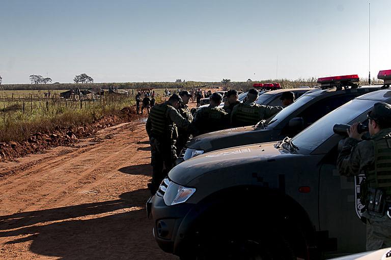 Bloqueio policial na estrada que dá acesso à fazenda em que ocorreu o massacre em Caarapó (MS)