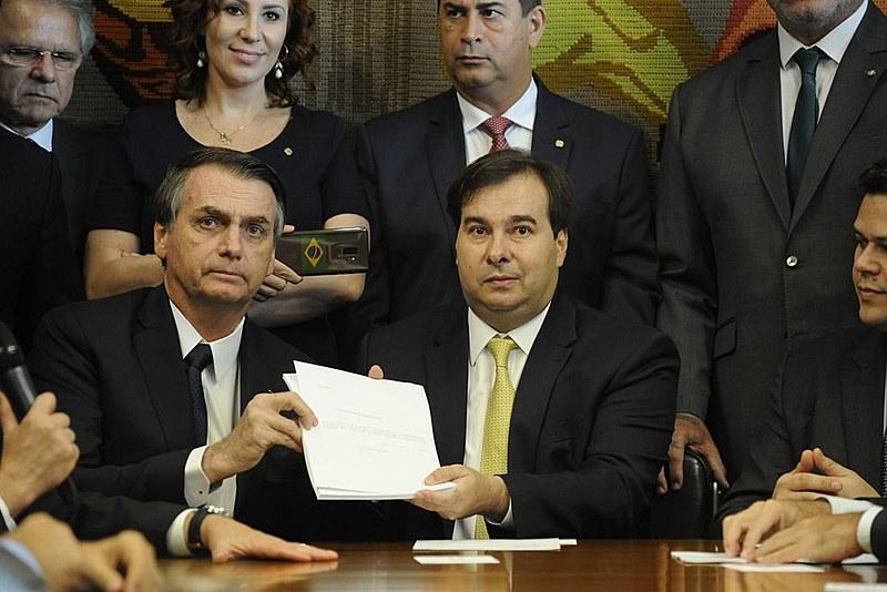Bolsonaro entregou proposta de reforma da previdência para o presidente da Câmara dos Deputados, Rodrigo Maia, na última quarta (20)
