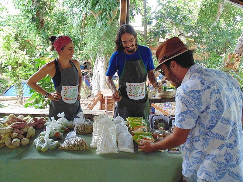 Rebeca Barros e Jorge Mutante são organizadores da Feira na Horta, que acontece semanalmente na CasAmarela