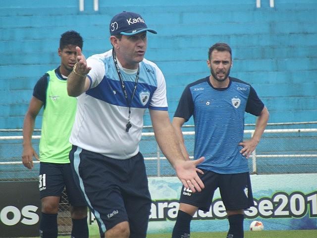 Com seis anos de clube, Claudio Tencati é o treinador que mais tempo comanda a mesma equipe no futebol nacional