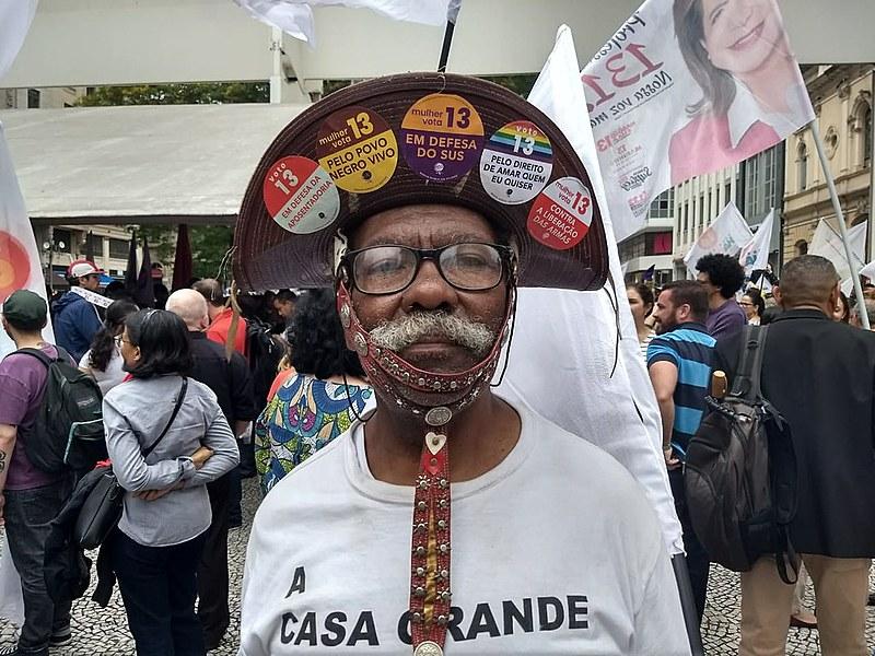 Apoiadores de Fernando Haddad (26) fizeram caminhada na manhã desta sexta-feira (26), no centro de São Paulo