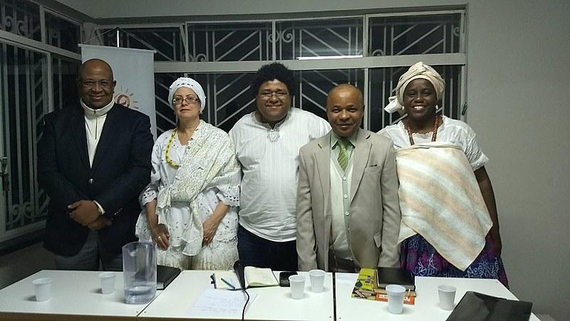 O advogado Hédio Silva, a mãe Liliane D'Oxum, Juninho do PSOL, o sacerdote Taata Nkisi e a Ìyàlòrísá Luciana Ty Oyá posam para foto