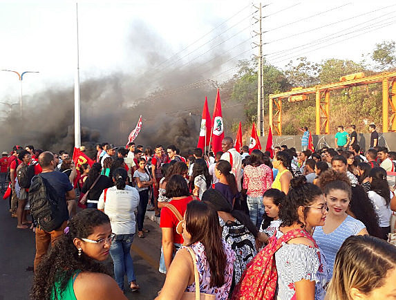 Trabajadores bloquean un puente en la ciudad de São Luis, en el estado de Maranhão, en protesta contra la reforma de las Pensiones