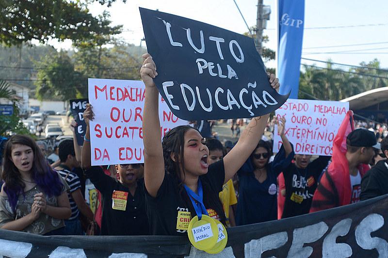 Bolsonaro pediu para apoiadores vestirem verde e amarelo; estudantes vestirão preto contra governo