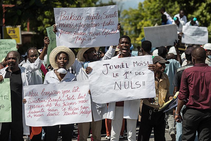 Médicos e outros profissionais de saúde participam de manifestação pela renúncia do presidente Jovenel Moise na capital haitiana no dia 30