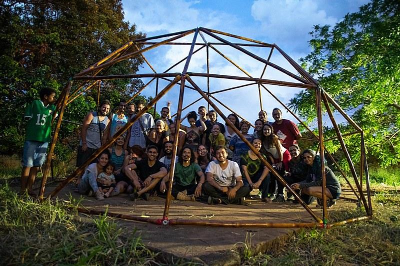 Voluntários reunidos em tenda de bambu montada no território indígena Recanto dos Encantados, em Sobradinho (DF)